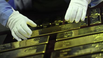 Ушлый кассир Нацбанка подменил золотые слитки свинцовыми