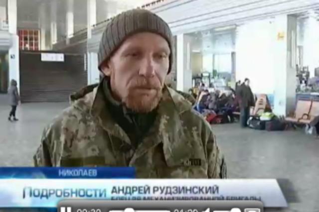 """""""Это не моя война"""": в Николаеве проводница выбросила вещи военных АТО из поезда"""