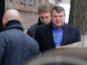 Сердюков приехал в суд по делу своей бывшей подруги в сопровождении сотрудников ФСО и спецназа