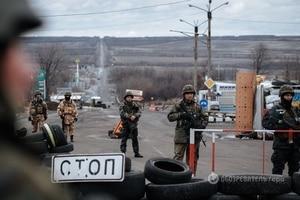 Перемирие: десантники борются с контрабандой, сепаратисты скупают гривню и дома