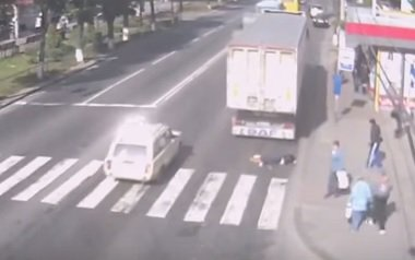 Трагічна аварія у Вінниці, жінка опинилася під колесами вантажівки. ВІДЕО+18