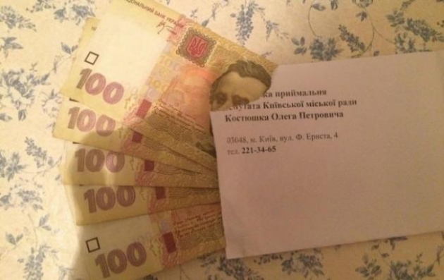 Кандидат у Київраду від Блока Порошенка Олег Костюшко роздає виборцям по 500 грн