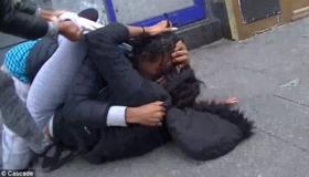 Лондон: жестокая драка мужчин с женщинами. Видео
