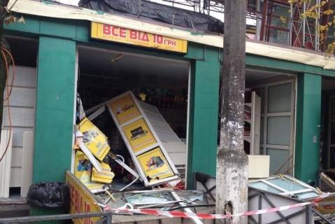 Коммунальщики бульдозером снесли МАФы на столичной Берестейке