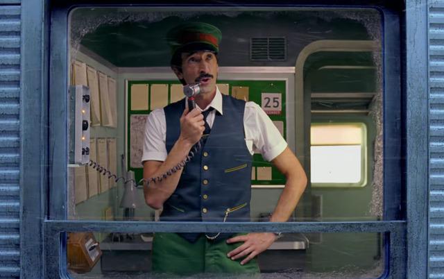 Режиссер Отеля Гранд Будапешт снял рекламный ролик, в котором проводник вагона спас Рождество