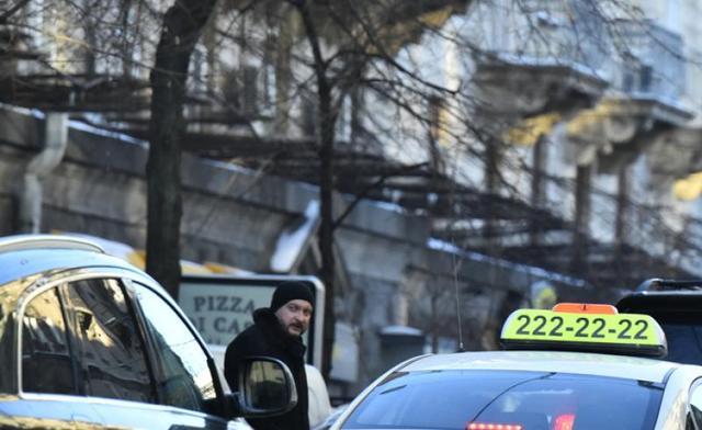 """Глава Минюста Петренко проходит квартал пешком, чтобы сесть в джип """"Toyota"""""""