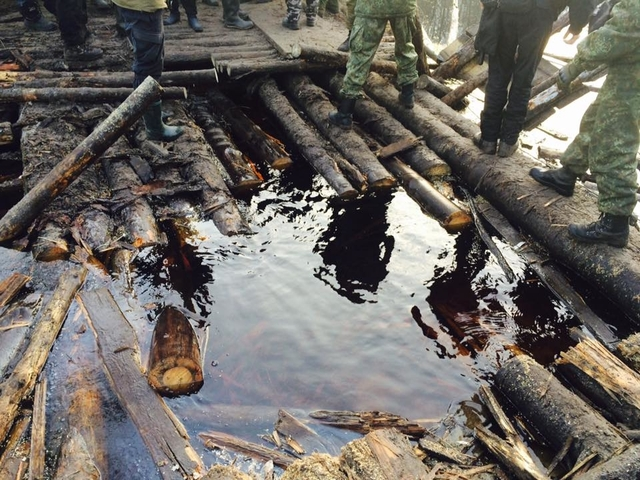 """""""Отдайте помпы, потопим в болоте"""": в Ривненской области копатели янтаря заблокировали полицию"""