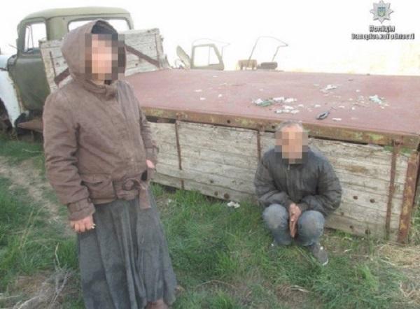 Фермер похитил семейную пару и приковал их цепью в ангаре