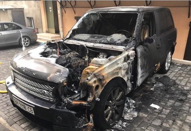 В центре Одессы сгорел элитный Land Rover: поджигателей оперативно задержали