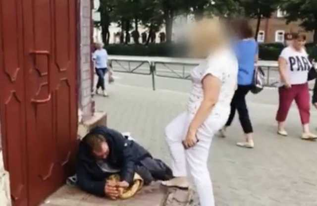 Пермская чиновница, пинавшая бездомного, лишилась работы