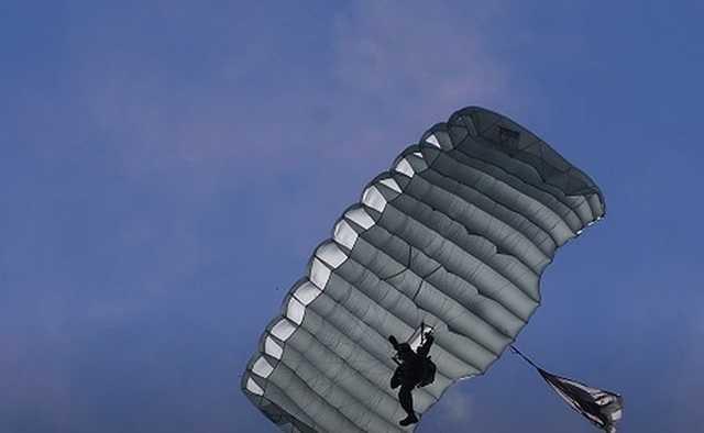 Пролетел 800 метров: под Екатеринбургом во время прыжка с парашютом разбился фельдшер