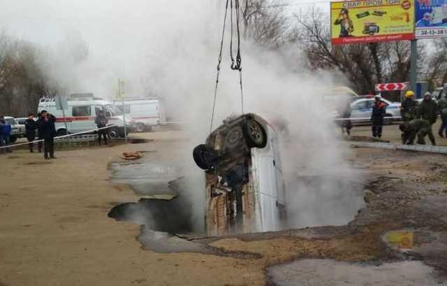Сварились: два человека погибли, провалившись на авто в яму с кипятком