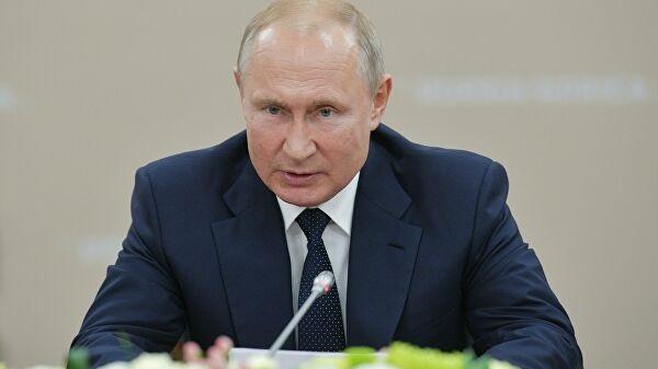 """""""Танцевали на столе"""": несуразное фото Путина вызвало шквал насмешек"""