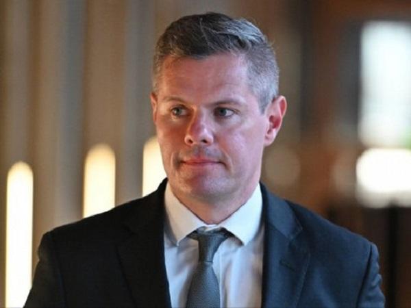 В Шотландии министр ушел в отставку из-за сотен игривых сообщений 16-летнему мальчику