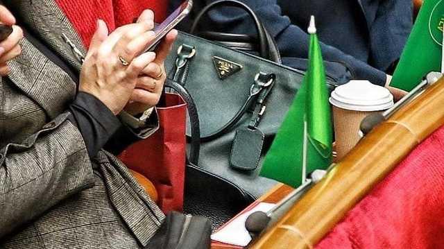 """""""Слуга народа"""" пришла в Раду с сумкой Prada за 63 тысячи гривен"""