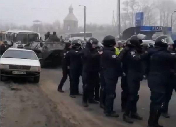 Бунт в Новых Санжарах: в сеть попало видео столкновения протестующих с полицией
