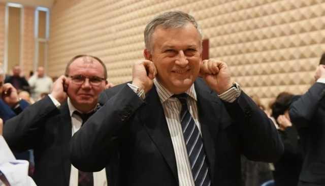 «Сколько клоунов-единороссов в одном зале!». Чиновники из Ленинградской области сделали неуклюжую зарядку во время заседания правительства