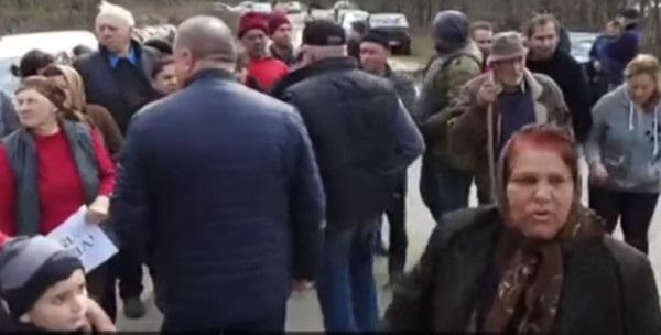 """Румыны своим эвакуированным соотечественникам устроили """"Новые Санжары"""" с вилами и топорами"""