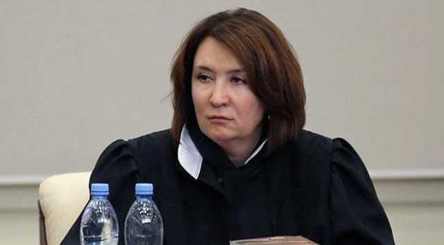 Бедняжка. Бессовестная судья Хахалева так боится отставки, что через голову Лебедева вышла на Путина