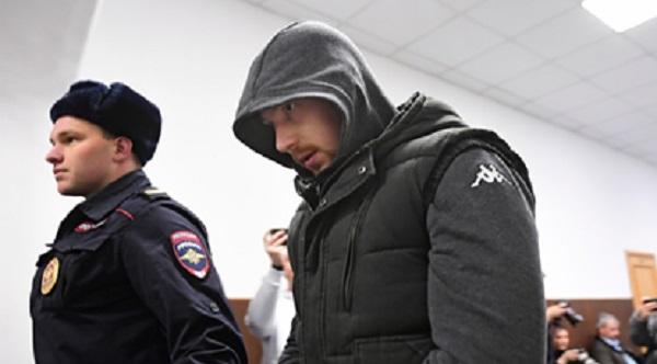Ударивший Голунова полицейский извинился в суде