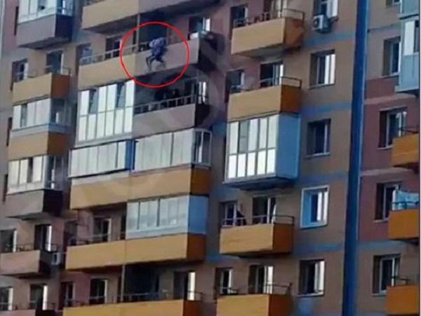 В России спасатель поймал выпавшую с 14-го этажа деву