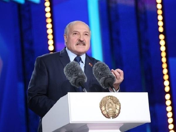 Лукашенко потребовал бросить безответственных туристов за границей