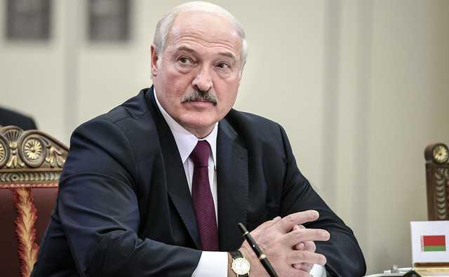 Лукашенко отказался от масок и респираторов и со всеми здоровается за руку