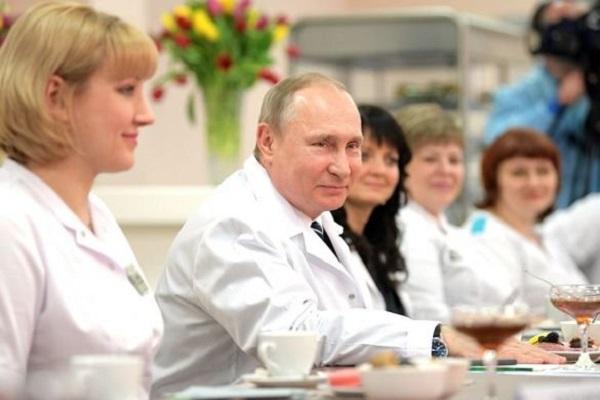 Путин оценил работу врачей больницы для пациентов с коронавирусом