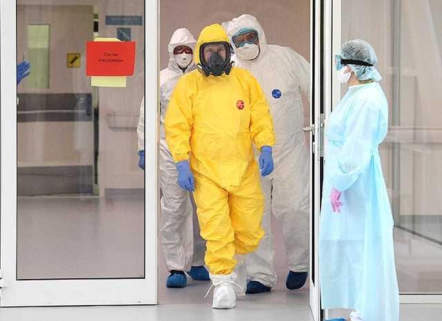 Песков объяснил цвет защитного костюма Путина от коронавируса