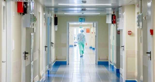 45-летний пациент с подозрением на коронавирус умер в московской больнице от пневмонии. Его лечили кардиологи