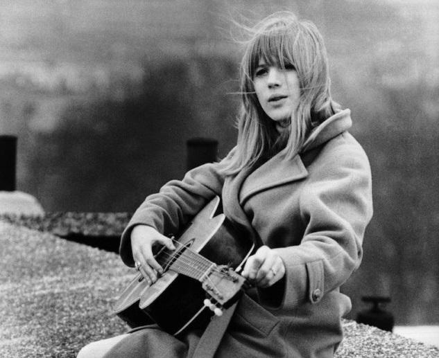 Едва разговаривает: британскую певицу госпитализировали с коронавирусом