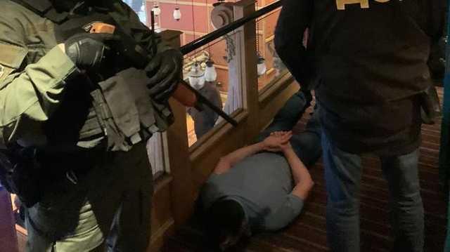 В Киеве рэкетиры вымогали у бизнесмена $20 тысяч. Полиция поймала их в ресторане