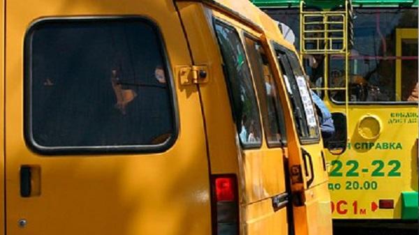 Российские подростки покатались на угнанной маршрутке, попали в ДТП и сбежали