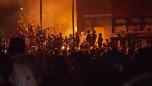 CNN: в Миннеаполисе протестующие подожгли полицейский участок
