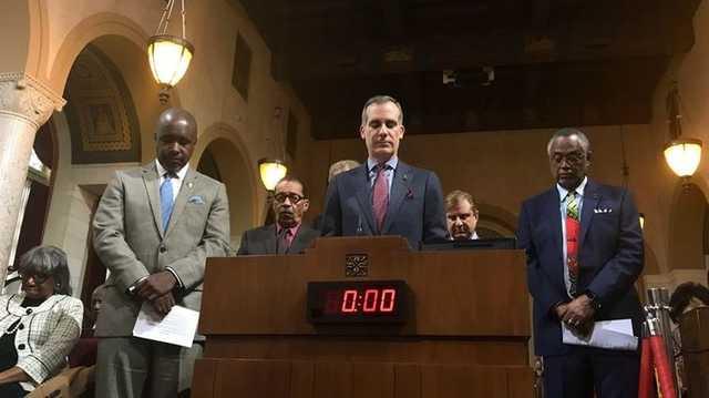 Мэр Лос-Анджелеса пообещал забрать у полиции бюджетные 150 млн долларов и отдать их афроамериканцам