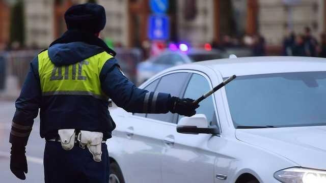 Молодая россиянка протащила полицейского на двери машины