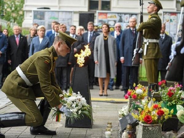 Министры стран Балтии почтили память жертв советской оккупации