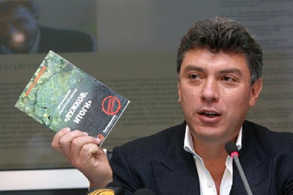 Немцов посмертно засудил покойного Лужкова