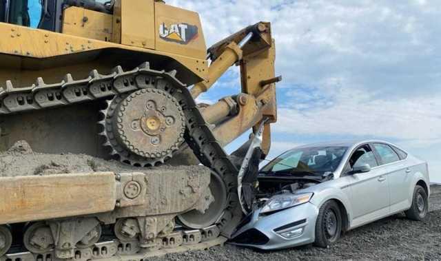 Трактор раздавил полицейскую машину на месте утечки отходов в Норильске