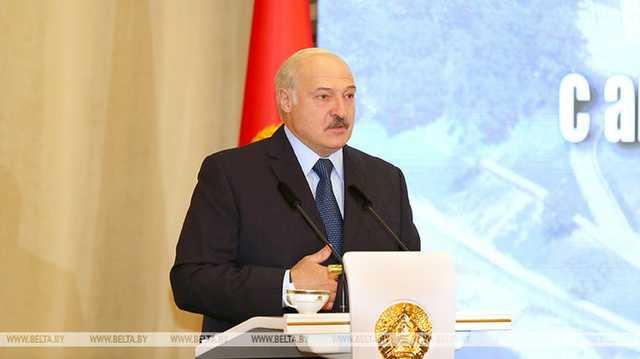 """""""С одной стороны Россия наклоняет, с другой — Запад намекает"""". Лукашенко рассказал о сложном положении страны"""