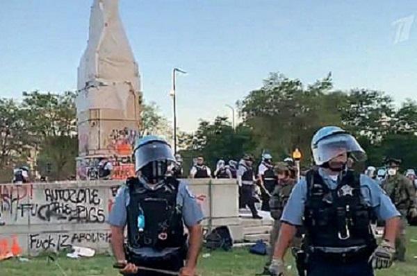 В США около 18 полицейских пострадали, защищая памятник Колумбу