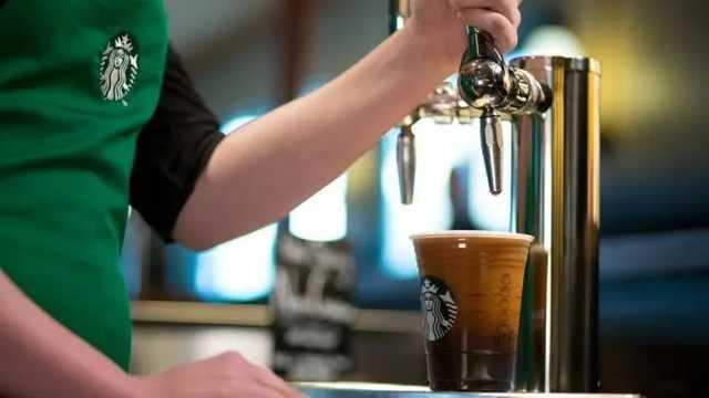 В США арестовали сотрудника Starbucks, который плевал полицейским в кофе