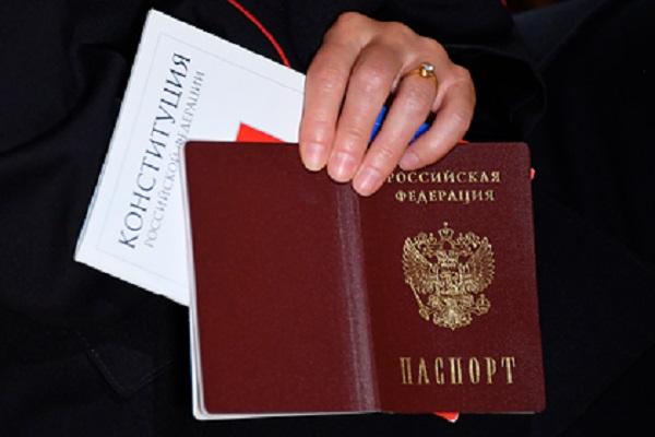 Путин предложил вручать обновленную Конституцию россиянам вместе с паспортом