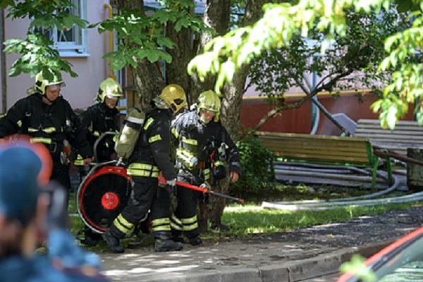 Газовая труба вспыхнула на фасаде жилого дома в Москве