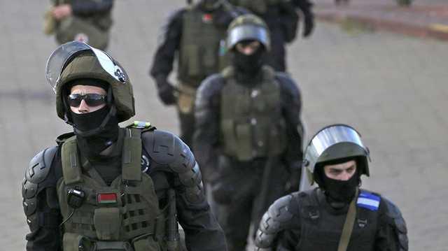 """Силовики в Минске начали """"охоту"""" на митингующих: заламывают руки даже женщинам"""