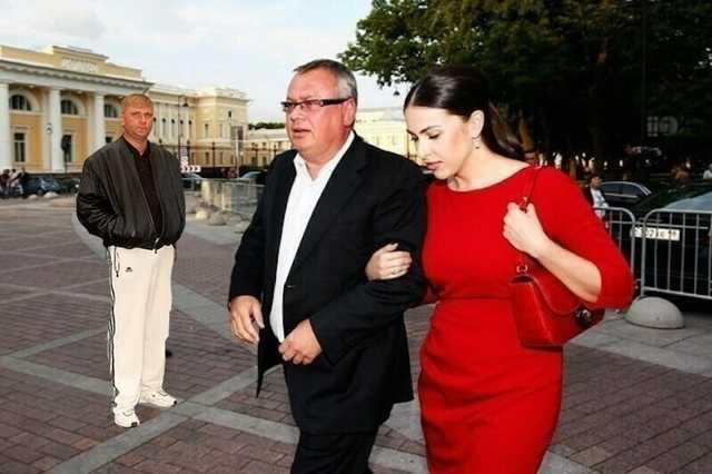 Госбанкир Андрей Костин дарит своим любовницам автомобили через лизинг