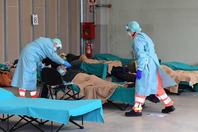 Заболеваемость коронавирусом в Италии превысила весенние показатели