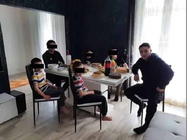 Появились фотографии москвича, который зарезал учителя во Франции