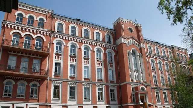 В Киеве двое пациентов с COVID-19 выбросились из окон больниц