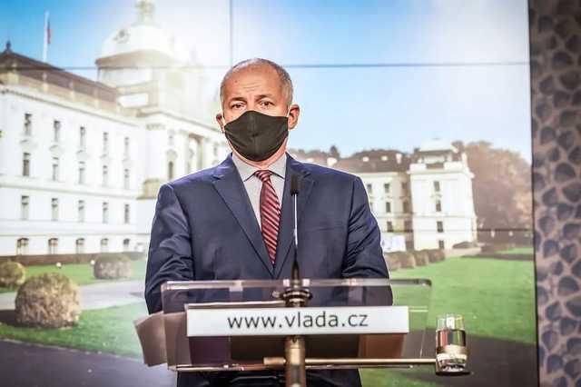 Главу Минздрава Чехии «застукали» без маски в ресторане, который должен был быть закрыт. Премьер потребовал отставки